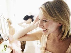 Свадебные прически на короткие волосы можно украсить различными способами